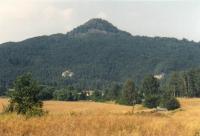 Ralsko - celkový pohled od jihu, v popředí pískovcové Vranovské skály, Jiří Adamovič, 1995