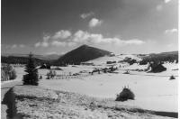 Pohled na kuželovitý vrchol Bukovce (k.1005m), v popředí obec Jizerka, Oldřich Šnytr