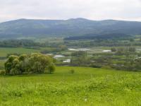 Meandrující Vltava před Novou Pecí - pohled od Želnavského vrchu v pozadí Studničná (1180m), Hraničník (1282m) a Smrčina (1332m), Pavla Gürtlerová, 2004