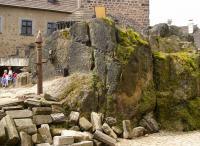 Výchoz porfyrického biotitického granitu až granodioritu na nádvoří hradu Loket., Pavla Gürtlerová, 2007