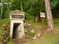 Vstup do průzkumné štoly, která ptvrdila přívodní sopouch a tím i vulkanický původ Komorní hůrky., Pavla Gürtlerová, 2007