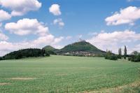 Celkový pohled od jihu od příjezdové komunikace k obci Bezděz., Ondřej Svačinka, 2004