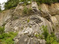 Výrazná sloupcovitá odlučnost čedičových hornin v lomu na Zlatém vrchu., Pavla Gürtlerová, 2009