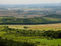 Pohled z vrcholu Hradiště (kóta 545m) k JV. na NPP - Bílé Stráně (uprostřed obrázku). Původně bílé opukové stráně jsou již zarostlé. Pouze v s. části částečně vystupují sutě., Pavla Gürtlerová, 2009