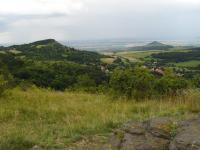Pohled z Holého vrchu k jihu na Hradiště a Radobýl. Obec Hlinná. , Pavla Gürtlerová, 2009