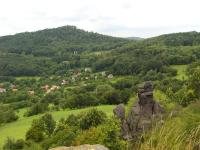 Výchozy čedičového lávového proudu ve vrcholových partiích Holého vrchu. Obec Kundratice a nad ní kota 639m - Varhošť, Pavla Gürtlerová, 2009