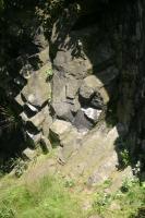 Několikanásobná vulkanická intruze s pozůstatky středověkého hradu. Sloupcovitá odlučnost bazaltoidů., Vladislav Rapprich, 2009