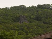 Lávové proudy čedičových hornin tvoří skalní defilé nad údolím Labe jižně od Střekova., Pavla Gürtlerová, 2009