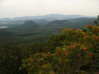 Pohled na Hamerský Špičák, Děvín, Schachstein  a stolovou horu Široký kámen z Velkého Jeleního vrchu, vlevo Hamerský rybník, v pozadí Ještěd., Pavla Gürtlerová, 2009