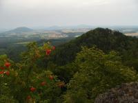 Pohled na Malý Jelení vrch z Velkého Jeleního vrchu, v pozadí Stráž pod Ralskem, Pavla Gürtlerová, 2009