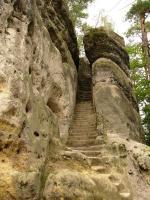 Zbytky středověkého hrádku vytesané do nevelké stolové hory, která vznikla selektivním zvětráváním středně turonských pískovců., Pavla Gürtlerová, 2009