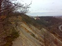 Východní pohled na opuštěný stěnový lom budovaný masivními lavicemi řevnických křemenců., Jakub Březina, 2009