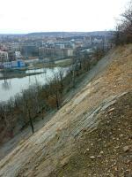 Západní pohled na opuštěný stěnový lom budovaný lavicemi řevnických křemenců., Jakub Březina, 2009