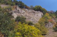 Odlučná stěna sesuvu odhalující uloženiny laharů s ložní žilou tefritu, Vladislav Rapprich, 2003