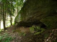 Skalní srub s převisem v s. úbočí vrchu Výrovec (686 m), Pavla Gürtlerová, 2010