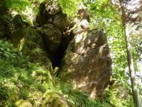 Skalní sruby v s. úbočí vrchu Výrovec (686 m). Puklinová sluj. , Pavla Gürtlerová, 2010