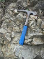 Skalní podloží tvoří tektonizované ortoruly (blastomylonit) krhovického krystalinika. Mendip vystupuje z mladší tercierní (eggenburg-ottnang) a kvartérní výplně (hodonická terasa) karpatské předhlubně. , Pavla Tomanová Petrová, 2011