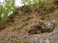 Kontakt novoměstských fylitů (s kladívkem) a granodioritového porfyru v jeho nadloží. , Pavla Gürtlerová, 2011