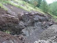 Poloha vulkanoklastik v nadloží silně vezikulovaného bazaltandezitu při s. stěně spodní etáže lomu lokality Doubravice, Marcela Stárková, 2011