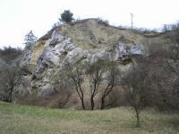 Na jurských vápencích diskordantně nasedají svrchnokřídové sedimenty - slínovce., Jiří Burda, 2012