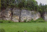 Planární šikmé zvrstvení v poloze nejméně 12 m mocné. Spádnice šikmých ploch směřují k jihu. Skalní stěna  v severní části údolí Plakánku (400 m j. od hradu Kost)., Přemysl Zelenka, 2010