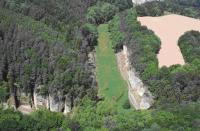 Letecký pohled na úsek kaňonovitého údolí Plakánku j. od hradu Kost. Nápadná je náhlá změna orientace údolí. Vpravo plošina pokrytá sprašemi., Stanislav Čech, 2010