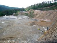 Spodní etáž lomu částečně překrytá skládkou stavebních odpadů. Stav před stavbou fotovoltaické elektrárny (19. 5. 2009)., David Buriánek, 2010