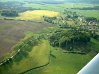 V popředí zalesněný vrch Hrádek, vlevo nahoře zalesněný vrch Horka. Žíly bazanitu a vulkanoklastika freatomagmatických erupcí. , Daniel Smutek, 2010