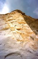 Tektonická zóna při žíle bazanitu v s. části lomu. Tektonická zóna je zvýrazněná hydroxid-oxidy železa., Stanislav Čech, 2010