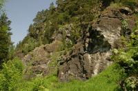 Částečně uměle odlámaný svah nad železniční tratí u Sudslavic tvořený mramorem. V severním konci defilé se nachází Sudslavická jeskyně. , Vladimír Žáček, 2009