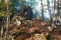 Hřbet tvoří proterozoické horniny svrateckého krystalinika - dvojslídné, často granátické, svory, které se střídají v úzkých pásech S-J směru s dvojslídnými migmatity, ortorulami a krystalickými vápenci., Pavla Gürtlerová, 2012