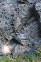 Skály na levém břehu Křetinky - Bohuňovská skála. Provrásnění amfibolitů s vložkami světlejších partií tvořených leukokrátními horninami ortorulového až granitového charakteru., Pavla Gürtlerová, 2012
