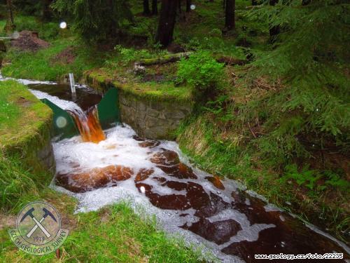 Měrný přeliv České geologické služby na žulovém povodí Lysina ve Slavkovském lese během povodně dne 2.6.2013.