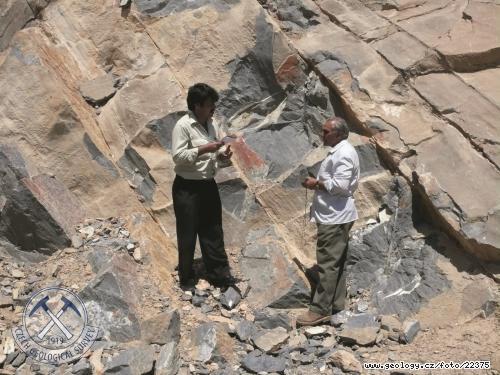 Afghánští geologové diskutují nad geologickou situací na ložisku tmavých mramorů Gazag
