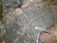 Poloha skarnoidu v amfibolitu v horní části obrázku na lokalitě Nové Včelnice , David Buriánek, 2013