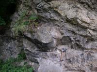 Skalní výchozy podél Berounky tvořené proterozoickým bazaltem velmi slabě přeměněným (spilit). Je zde také lávové těleso s výraznou texturou polštářové lávy, vzniklé utuhnutím na mořském dně., Pavel Bokr, 2015