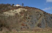 Skalní ostroh na pravém břehu Vltavy, jehož část byla v 19.stol. narušena lomem na křemence a druhá část, tvořená břidlicemi, má zachovaný původní georeliéf. V opuštěném lomu vycházejí svrchní polohy dobrotivského souvrství(ordovik) vyvinuté ve facii skaleckých křemenců. Lom je typickým nalezištěm zkamenělých ichnofosilií., Motyčková Kamila - Šír Jiří, 2015