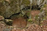 Skalní brána Zkamenělý zámek je největší skalní bránou na Moravě. Dosahuje výšky asi 8 m a maximální šířky 9 m., Motyčková Kamila - Šír Jiří, 2007
