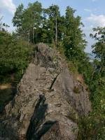 Výrazný skalní výchoz tvořený znělcovou žilou., Motyčková Kamila - Šír Jiří, 2005