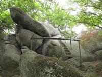 Skála tvořená tmavou biotitickou žulou nedaleko chaty Hubertka připomíná kočičí hlavu. Na skalní vrchol vede zajištěná horolezecká cesta., Markéta Vajskebrová, 2015