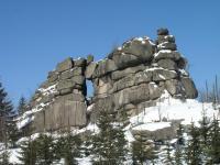 Skály na hřebeni dokumentující významný horninový typ biotitický granit jizerského typu. Zajímavostí je ojedinělé skalní okno., Markéta Vajskebrová, 2010