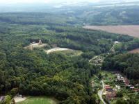 V lomu byl těžen křemenec ordovického stáří, který tvoří také podloží celé rekreační oblasti Lesy Podhůra s rozhlednou Bára., Fotoarchiv Národního geoparku Železné hory, 2009