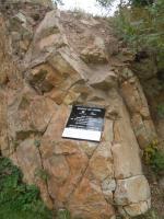 V lomu byl těžen křemenec ordovického stáří, který tvoří také podloží celé rekreační oblasti Lesy Podhůra., Fotoarchiv Národního geoparku Železné hory, 2011