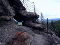 Skupina skalních hradeb až 40 m vysokých a 100 m dlouhých tvořených žilou žulového pegmatitu., Radek Mikuláš, 2014