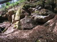 Lavice arkózovitých pískovců a slepenců subhorizontálně uložených v rokli u Stupné karbonské pískovce., Marcela Stárková, 2014