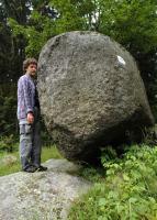 Žulový balvan o rozměrech 3,5 x 1,5 x 2 m budovaný porfyrickým biotitickým granitem., Motyčková Kamila - Šír Jiří, 2009