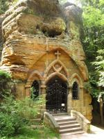 Skalní kaple v Modlivé dole pískovcové oblasti tvořené druhohorními křemennými pískovci březenského souvrství., Markéta Vajskebrová, 2015