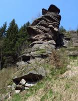 Na pravém svahu údolí vystupuje členitý útvar (místně zvaný Žabí nebo Vlčí skála), ukončený 7 m vysokou skalní věží. V jejím profilu se střídají různě odolné vrstvy arkóz a slepenců se strmým sklonem k SV., Jan Vítek, 2015