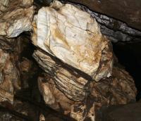 Volně přístupný vchod krasové jeskyně na pravém svahu údolí Kamenitého potoka přechází do šikmé prostory (71 m dlouhé a 18 m hluboké) s jezírkem na dně. , Jan Vítek, 2007