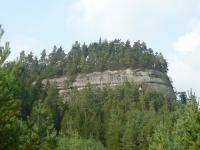Stolová hora menších rozměrů s plochým vrcholem a strmými stěnami vznikla erozí svrchnokřídových kvádrových pískovců středního turonu. , Markéta Vajskebrová, 2016